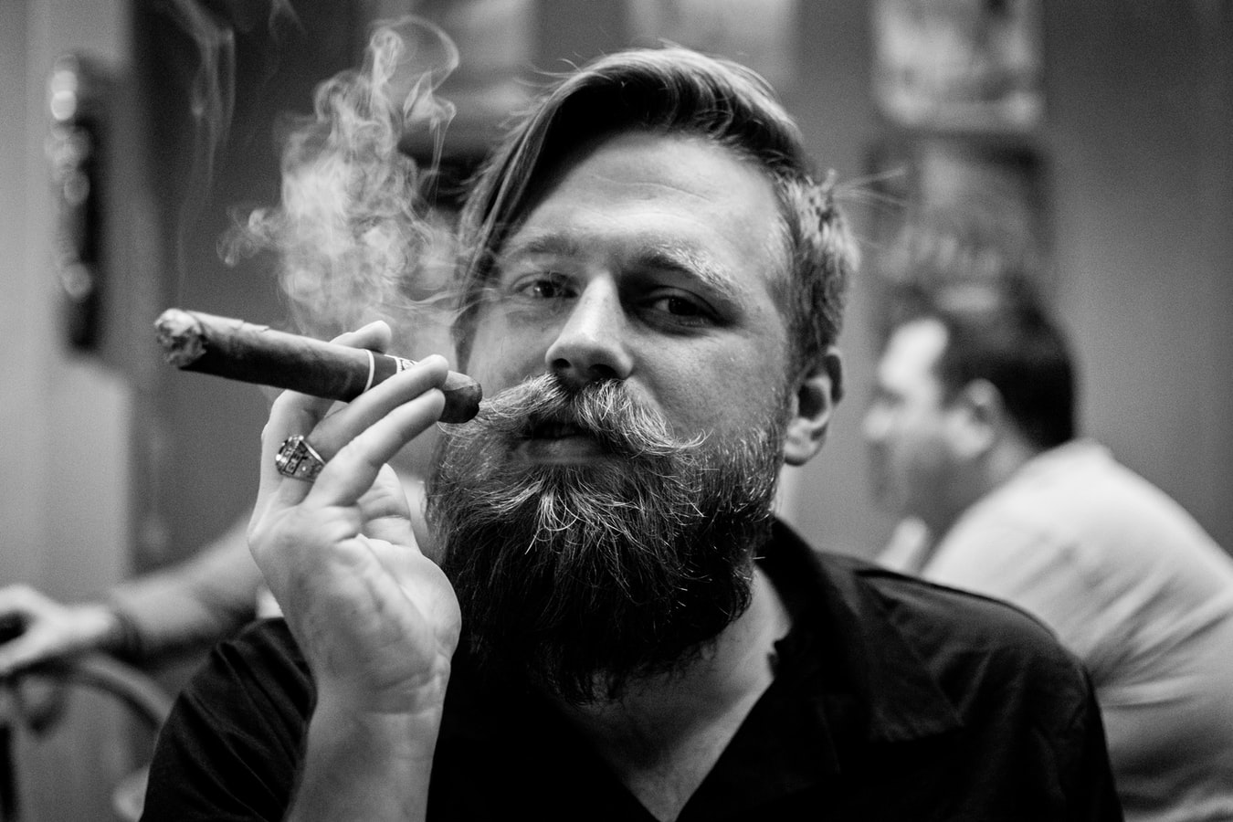 man-baard-sigaar