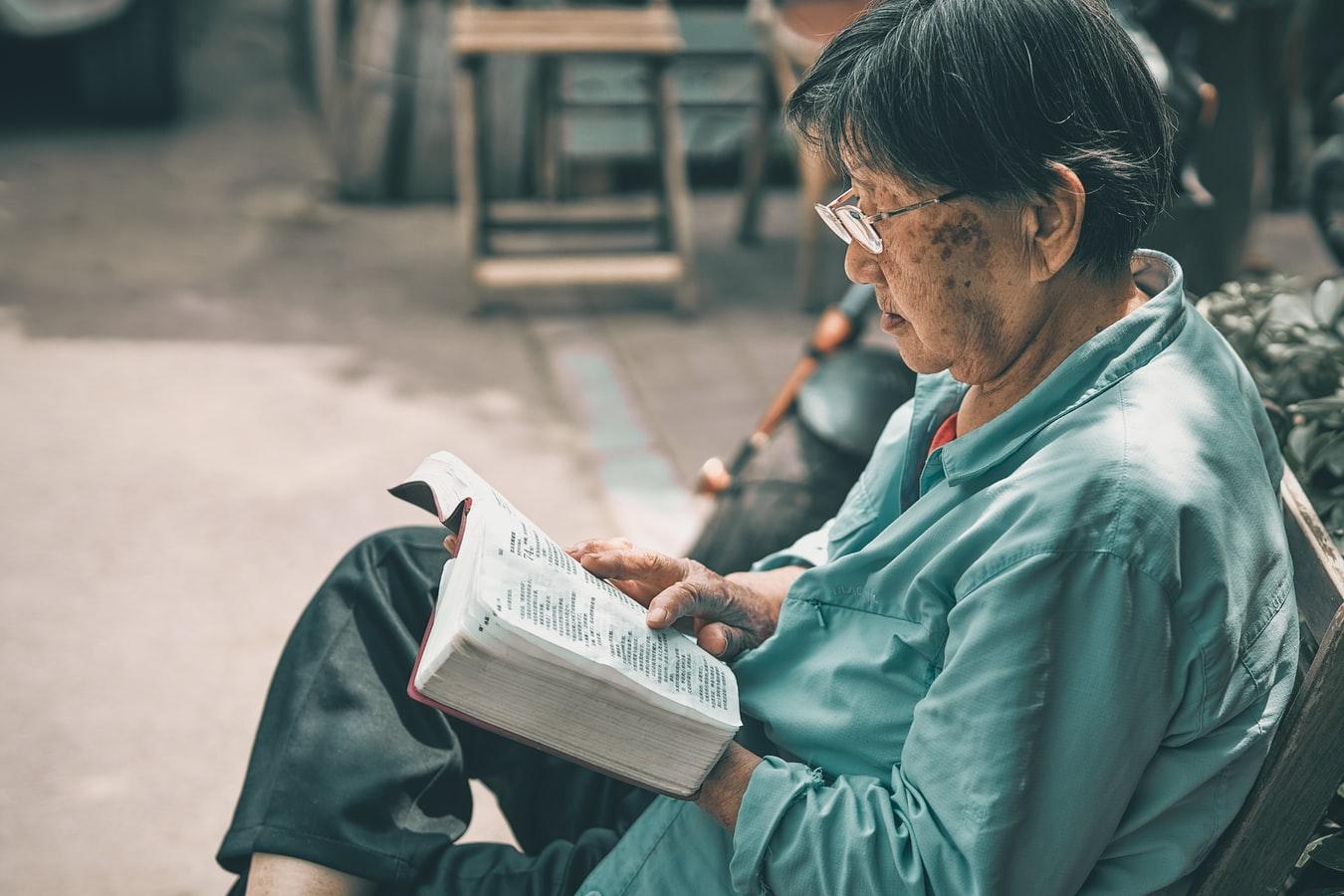 oude-vrouw-chinees-lees-boek