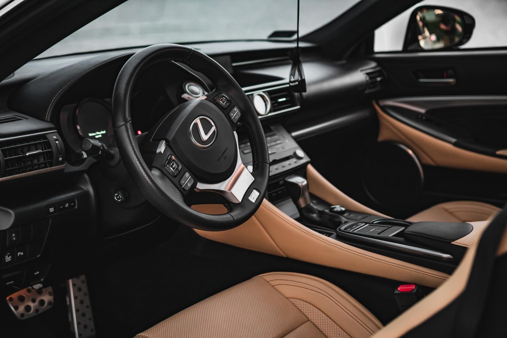 auto-interieur-zwart-bruin