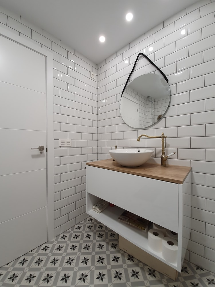 badkamer-witte-tegels