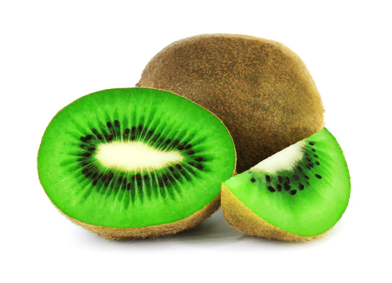 kiwi-gesneden-wit-achtergrond