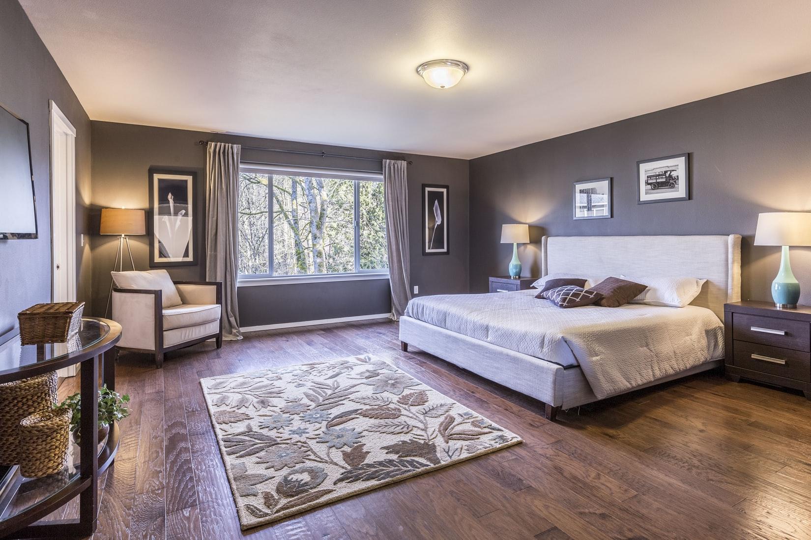 ruime-slaapkamer-grijs