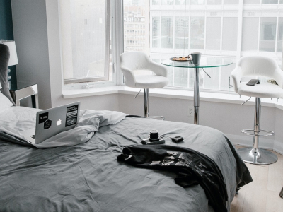 laptop-bed-hotel