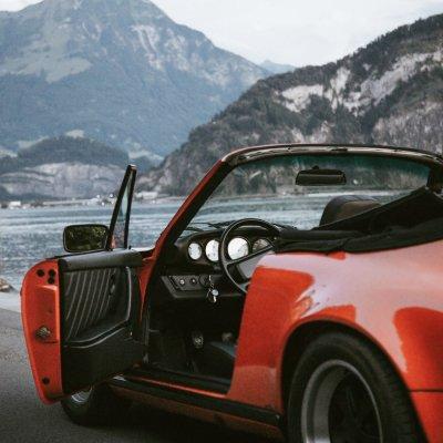 Red Porsche 911 rivier Lucerne