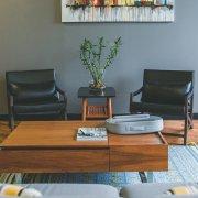 minimalistische-woonkamer-donkere-muur