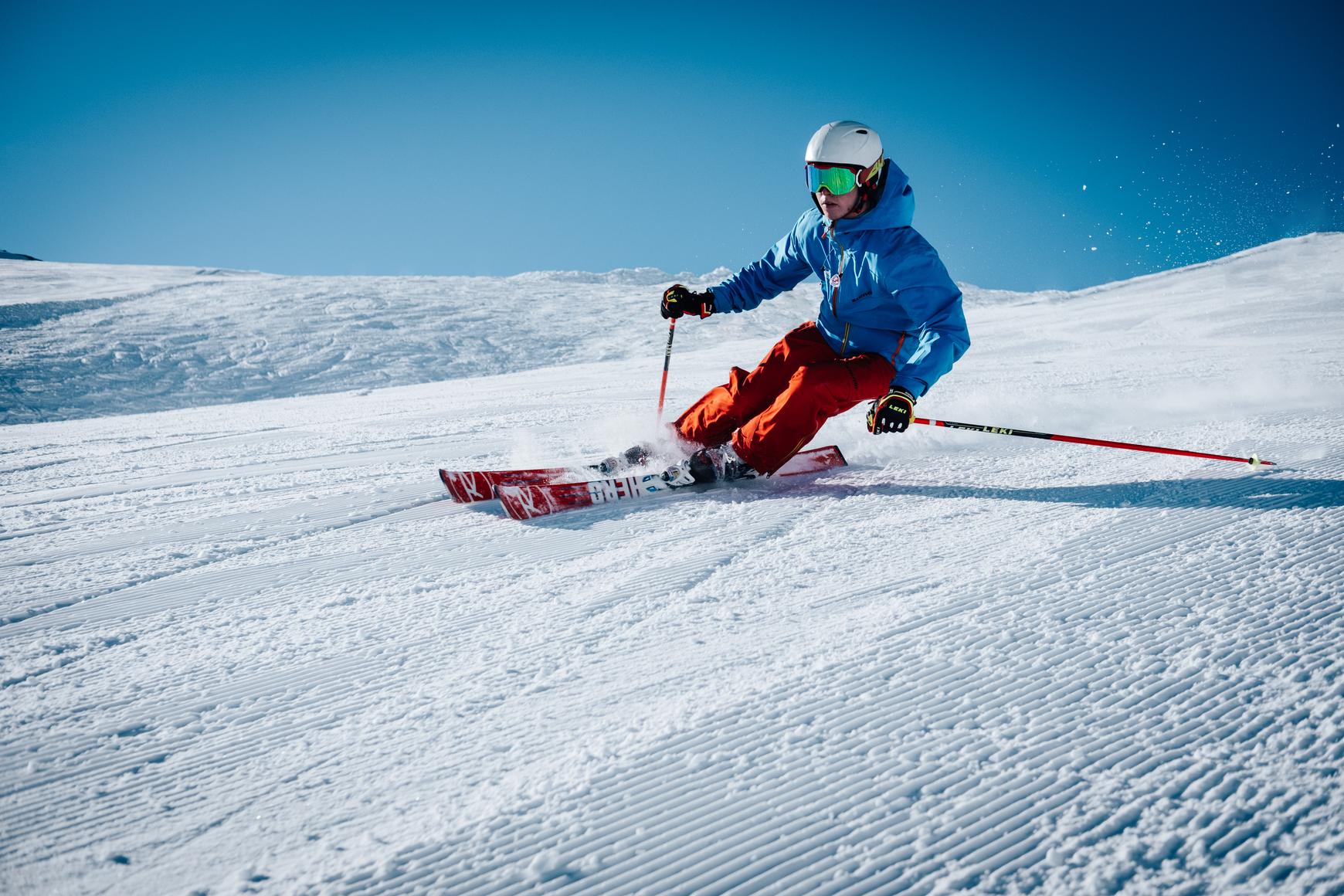 ski-wintersport-blauwe-lucht